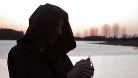 Un moine prie le chapelet, lit une prière banque de vidéos