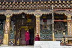 Un moine supérieur et junior sur la discussion pendant le temps de coupure chez Tashichho Dzong Bhuitan Photo stock