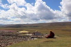 Un moine tibétain donnant sur le Yarchen Gar Yaqen Orgyan Temple images stock