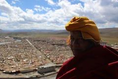 Un moine tibétain donnant sur le Yarchen Gar Yaqen Orgyan Temple photos libres de droits