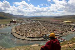 Un moine tibétain donnant sur le Yarchen Gar Yaqen Orgyan Temple photo stock