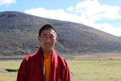 Un moine tibétain souriant à l'appareil-photo image libre de droits