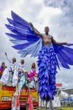 Un Moko-Jumbie ou un Stiltwaker à ailes à la savane de parc du ` s de reine à Port-d'Espagne Images libres de droits