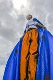 Un Moko-Jumbie ou un Stiltwaker à ailes à la savane de parc du ` s de reine à Port-d'Espagne Photo stock