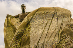 Un Moko-Jumbie ou un Stiltwaker principal à la savane de parc du ` s de reine à Port-d'Espagne Photo libre de droits