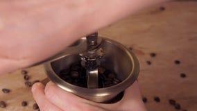 Un molino de café llenado de los granos de café Amoladora de café con los granos de café almacen de metraje de vídeo