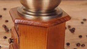 Un molino de café llenado de los granos de café Amoladora de café con los granos de café almacen de video