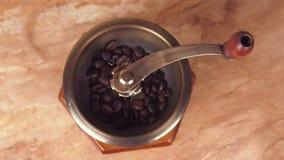 Un molino de café llenado de los granos de café Amoladora de café con los granos de café metrajes