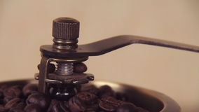 Un molino de café llenado de los granos de café Amoladora de café con los granos de café Amoladora de café manual almacen de video