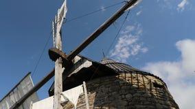 Un molino de piedra viejo da vuelta a las cuchillas
