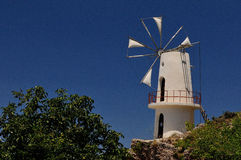 Un molino de viento blanco viejo Imagenes de archivo