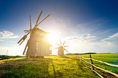 Un molino de viento tradicional en el campo en la puesta del sol Imagenes de archivo