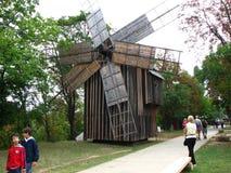 Un molino de viento viejo fotografía de archivo