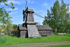 Un molino de viento viejo apenas que se coloca allí fotografía de archivo libre de regalías
