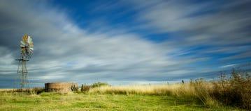 Molino de viento y campos Imagen de archivo libre de regalías