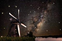 Un molino de viento y la vía láctea imagen de archivo libre de regalías