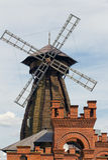 Un molino de viento y una torre del ladrillo Imagenes de archivo