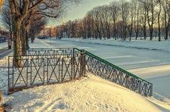 Un molo sul fiume di Moyka vicino al giardino di Mikhaylovsky nell'inverno Immagine Stock