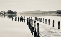 Un molo sull'acqua di Coniston fotografia stock