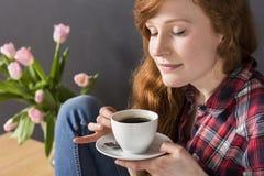 Un moment de détendent avec une tasse de café Images libres de droits