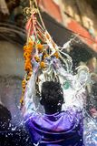 Un momento alegre del holi el festival de colores en el bazar de Shakhari, Dacca, Bangladesh Foto de archivo libre de regalías