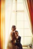 Un momento blando entre la novia y el novio mientras que ella presiona el suyo él Imagenes de archivo