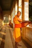 Un monaco buddista vestentesi di Wat Damnak, Siem Reap, Cambogia immagine stock