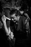 Un monaco circa da applaudire in Sera Monastery Debating Monks Lhasa Tibet fotografia stock