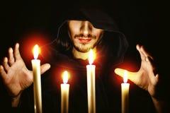 Un monaco con una candela immagini stock