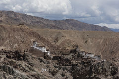Un monasterio encima de la colina en Ladakh Imagenes de archivo