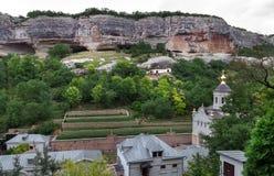 Un monastero è nel canyon delle rocce 1 Fotografia Stock
