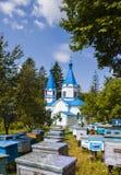 Un monastero circondato dagli alveari con le api Fotografia Stock