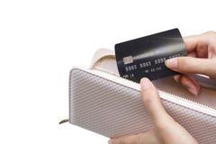Un monedero y una tarjeta de crédito imagenes de archivo