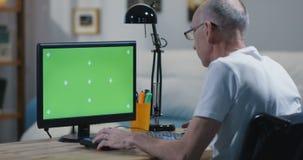 Un moniteur vert adulte mûr d'écran clips vidéos