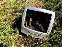 Un monitor de computadora viejo y anticuado que se ha descargado en tierra en inclinar de una mosca o imagen inútil del concepto imagen de archivo libre de regalías