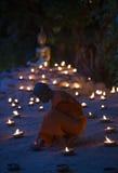 Un monje, Asalha Puja Day - 30 de julio: Los monjes no identificados pusieron el candl Fotografía de archivo
