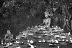 Un monje, Asalha Puja Day - 30 de julio: Los monjes no identificados pusieron el candl Imágenes de archivo libres de regalías