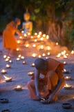 Un monje, Asalha Puja Day - 30 de julio: Los monjes no identificados pusieron el candl Fotos de archivo libres de regalías