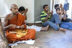 Un monje budista dispensa la secuencia durante una ceremonia religiosa dentro del Mahavihara en Anuradhapura en Sri Lanka Imagenes de archivo