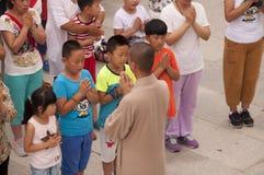 Un monje budista Leading Prayer imagen de archivo