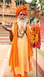 Un monje hindú santo sostiene Trisul y hace rezo Fotos de archivo libres de regalías