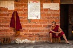 Un monje joven en un templo budista en Yunnan Imágenes de archivo libres de regalías