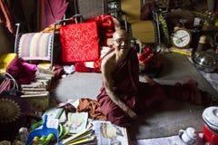 Un monje que sonríe en su vertiente Fotografía de archivo