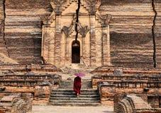 Un monje que viene a la pagoda antigua en Mandalay, Myanmar imagen de archivo