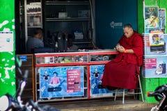 Un monje tibetano con el teléfono móvil Imágenes de archivo libres de regalías