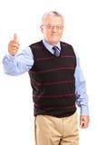 Un monsieur mûr renonçant à des pouces Images stock