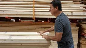 Un monsieur remontant une pile du goujon en bois Photos libres de droits
