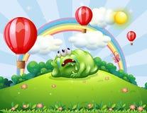 Un monstre fatigué au-dessus de la colline observant les ballons à air chauds Photographie stock libre de droits