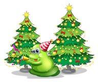 Un monstre près des arbres de Noël Images stock