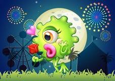 Un monstre tenant une rose rouge au carnaval Images stock